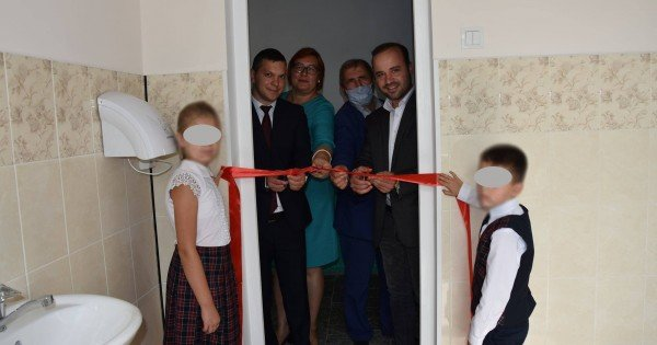 """Panglica roșie la inaugurarea veceului/ Dodon: """"Au luat-o razna cu PR-ul"""""""
