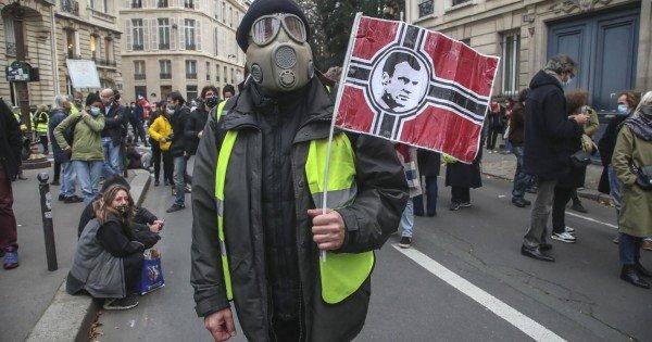 VIDEO // Franța: Jurnaliștii protestează după ce a fost adoptat articolul de lege care limitează difuzarea de imagini ale poliţiştilor