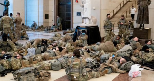 Imagini distopice din Congresul SUA: soldaţi care dorm pe jos şi arme sprijinite de pereţi în ziua când se votează demiterea lui Trump