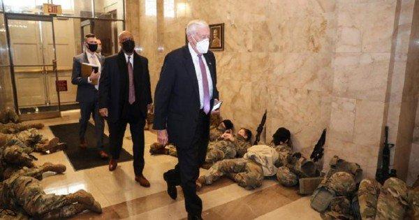 Imagini distopice din Congresul SUA: soldaţi care dorm pe jos în ziua când se votează demiterea lui Trump