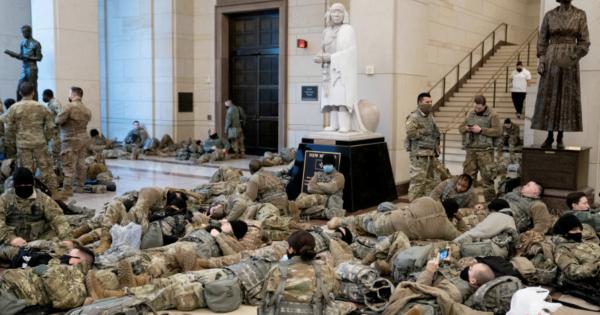 Imagini din Congresul SUA: soldaţi care dorm pe jos şi arme sprijinite de pereţi în ziua când se votează demiterea lui Trump