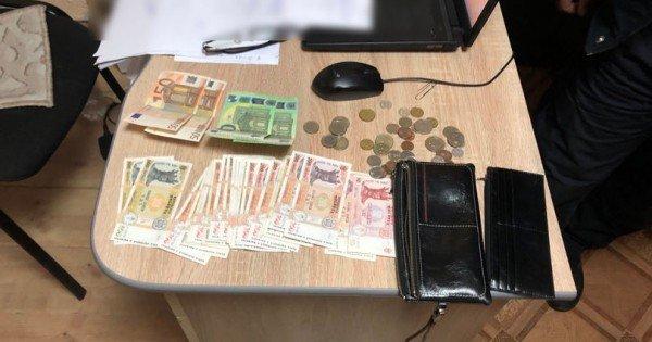Un portmoneu plin cu bani a fost găsit lângă Piața Centrală