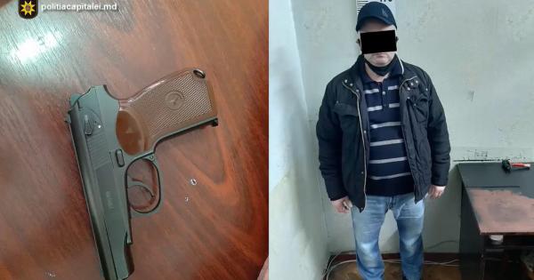 """/VIDEO/ Jaf la o companie de microcreditare. Casierul, amenințat cu un pistol. """"Vrei să trăiești? Dă-mi banii!""""."""