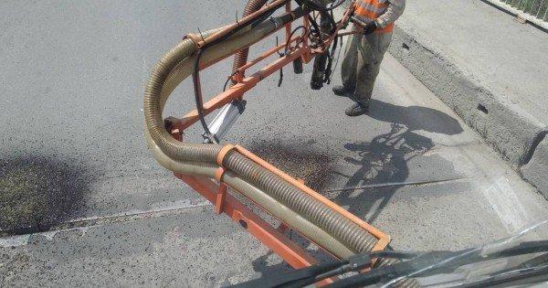 Au început lucrările de injectare a gropilor de pe străzile capitalei