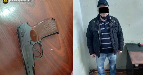 (video) Momentul în care un bărbat amenință cu pistolul un angajat al unei companii de microcreditare și sustrage toți banii din aparatul de casă