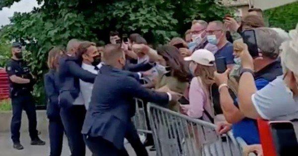 În două zile, bărbatul care l-a pălmuit pe Macron și-a primit sentința: 18 luni de pedeapsă, dintre care, patru luni după gratii
