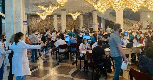 /FOTO VIDEO/ Cozi la vaccinare. Zeci de persoane au venit la Palatul Republicii pentru rapel