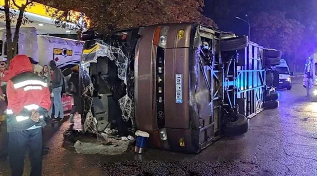 ФОТО // В Киеве перевернулся молдавский автобус по маршруту Кишинев-Москва. Пострадало 18 человек, 8 госпитализированы