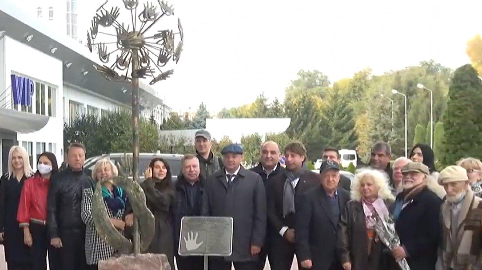 """Celebra sculptură """"Simbolul bunătății și Păcii"""" a fost inaugurată la Aeroportul Internațional Chișinău"""